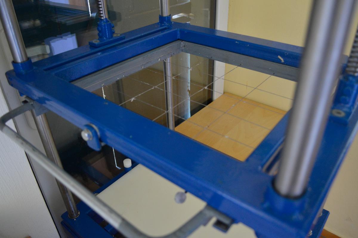 Schneidemaschine für Hundeseifen in der LindGrow Manufaktur